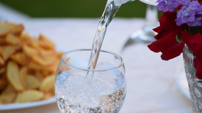 Trinkglas mit Wasser